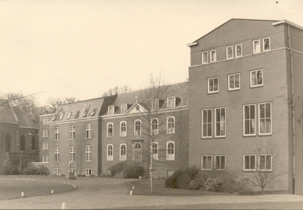 Oirschot Groot Seminarie Bijsterveld (Boven de klok: Ultima latet – het laatste (uur) is verborgen). Rechts de in 1957 gebouwde vleugel, eerst nog zonder…