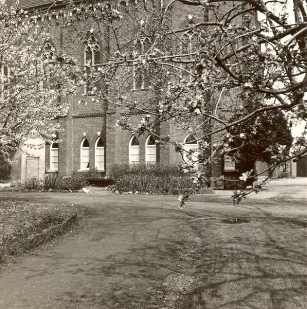 Op de begane grond de recreatiezaal, daarboven de kapel