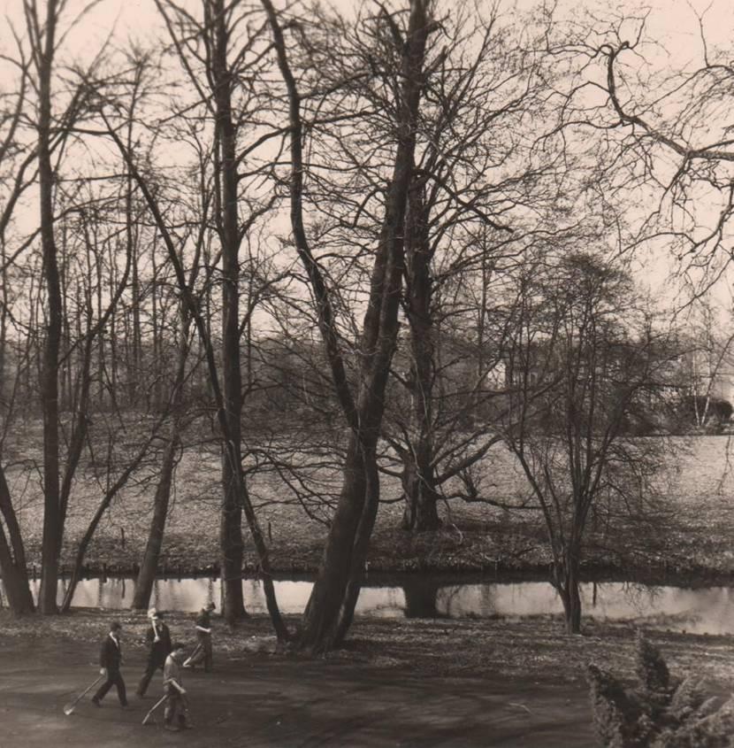 April 1965 Tuinwerkers, nietig tussen de bomen