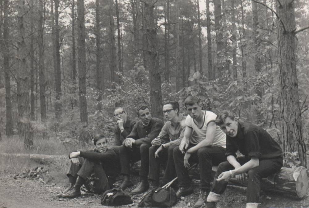 Zomer 1965 Rookpauze op wandeling van 1e jaars filosofen.
