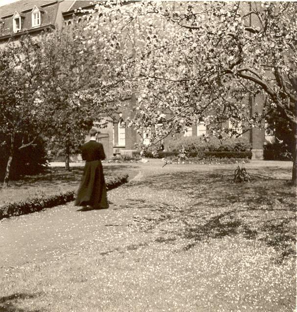 En brevieren in de tuin van het noviciaat. Hier Math Huynen – mei 1963