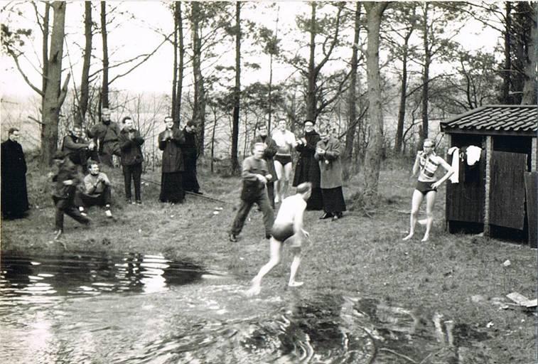 """Zwemfoto is van 21 maart 1966. De kronieken vermelden het volgende. """"Vrije dag om uit te blazen van het feest (20 maart was priesterwijding). Enkele heroïsche lieden (sic) Frans Luiten, pater Jean van Osch, Gijs van den Berg en Henk Kalter doken 's middags in ons bassin op de hei."""""""