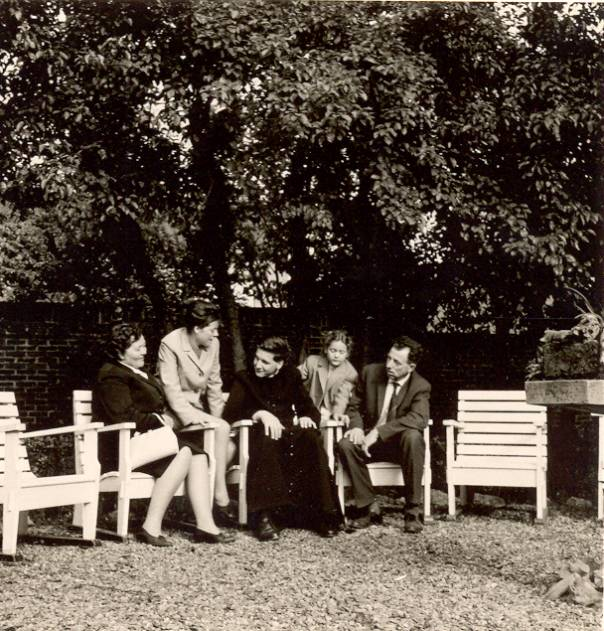 Stan Verdult's familiebezoek in de tuin van 't noviciaat
