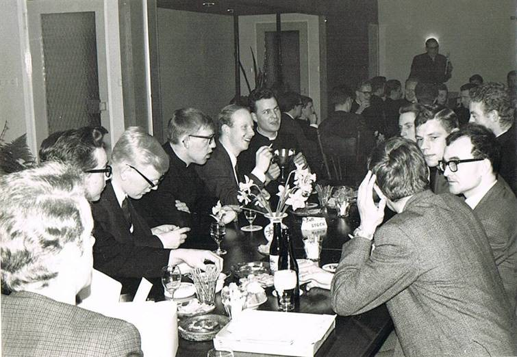 Deze twee foto's zijn b.g.v. het feest van de priesterwijding van John van Oss, Henk Stoop, Jan van Assema en klasgenoten in maart 1967 Het feest was in de voormalige studiezaal, die in het najaar van 1966 omgetoverd was tot een recreatiezaal met schuifwanden.