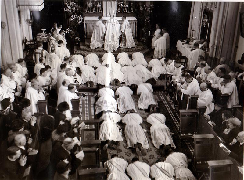 701 5 Priesterwijding in kapel door Mgr.Theunissen.BMP